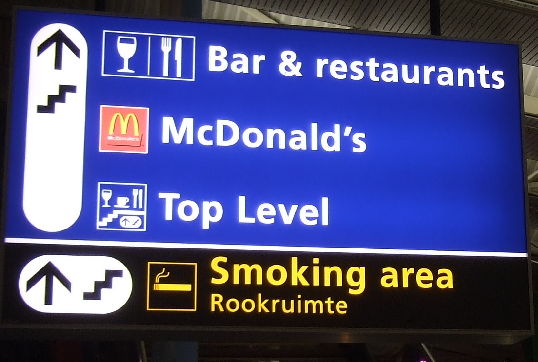Does Amsterdam airport have smoking areas / lounges